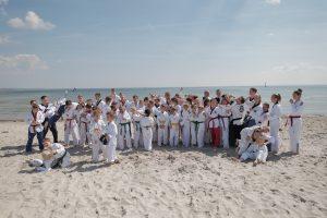 """Die Redfire-Sportler suchen noch """"ihre Form"""" fürs Gruppenfoto… Foto: Tim Grondstein"""
