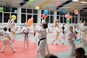 Spaß muss sein! Alternativ-Training mit bunten Ballons. Foto: Tim Grondstein